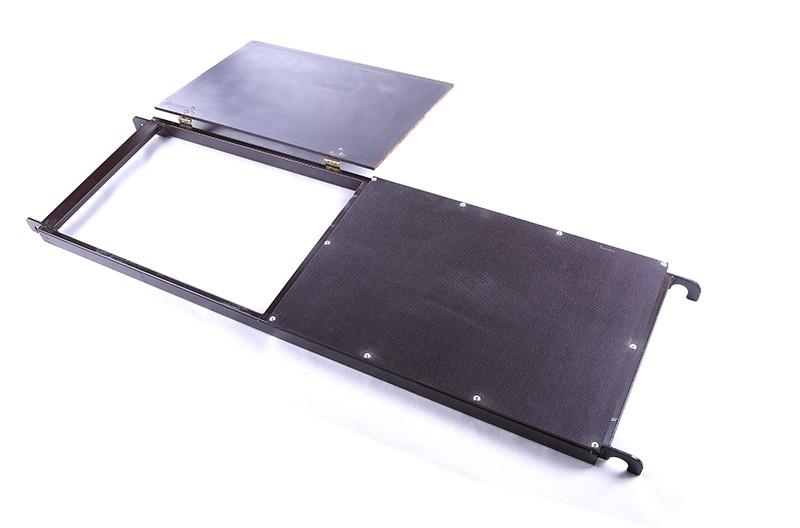 Ocelová podlážka s průchodem pro pojízdné lešení